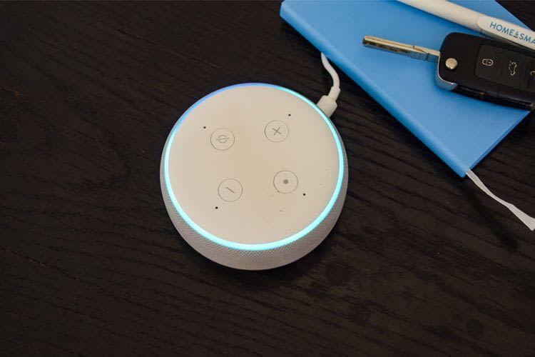 Der Echo Lautsprecher leuchtet blau, wenn Alexa zuhört und Anfragen bearbeitet