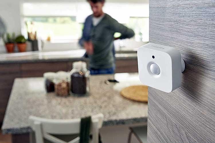 Der Philips Hue Indoor Bewegungsmelder ist zustäzlich mit einem Tageslichtsensor ausgestattet