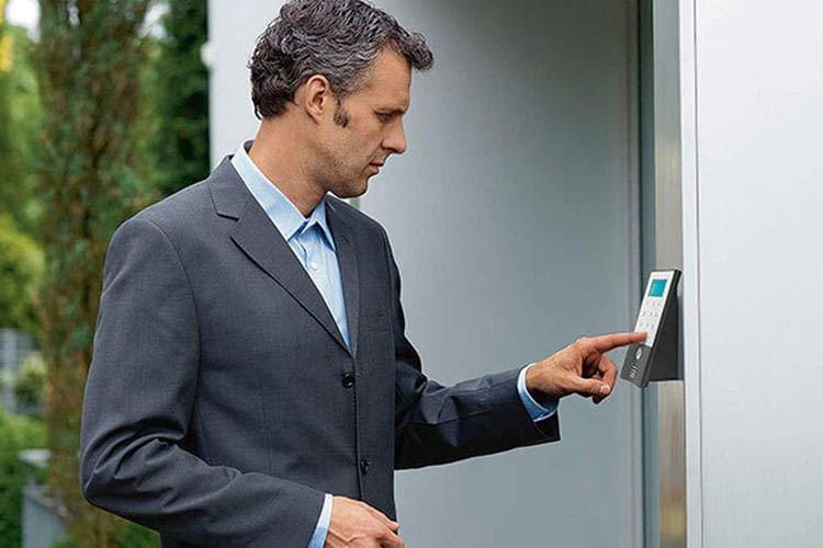 Bei einem Fingerprint Türöffner sollten Nutzer stets mehrere Fingerabdrücke einspeichern