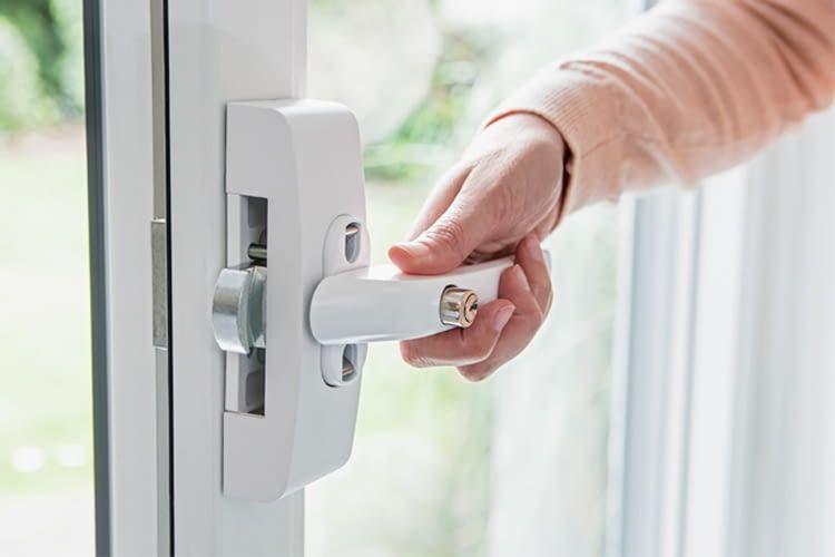 Mechatronischer Einbruchschutz am Fenster kombiniert mechanischen Schutz mit elektronischer Alarmierung