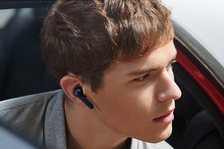 Die Soundcore Life P2 Earbuds sitzen sicher im Ohr und sind sogar gegen kurzes Untertauchen in Wasser geschützt