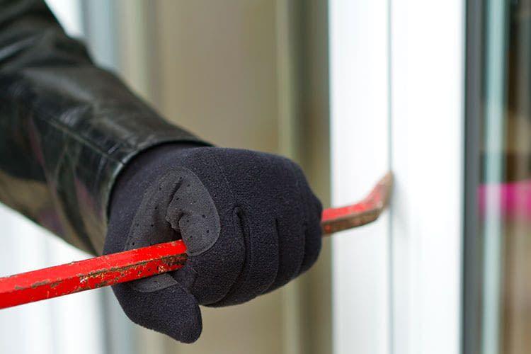 Einbrecher gelangen häufig über Fenster oder Terrassentüren in Wohnungen oder Häuser