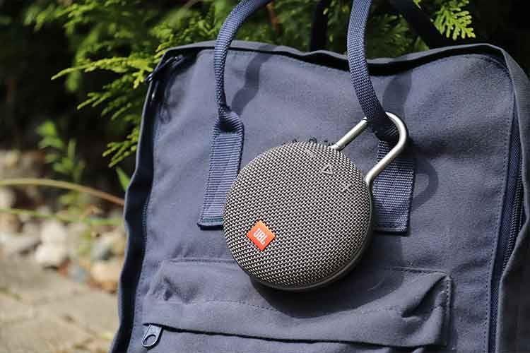 JBL Clip 3 verfügt über einen integrierten Karabinerhaken, mit dem sich der Bluetooth-Lautstprecher so gut wie überall befestigen lässt