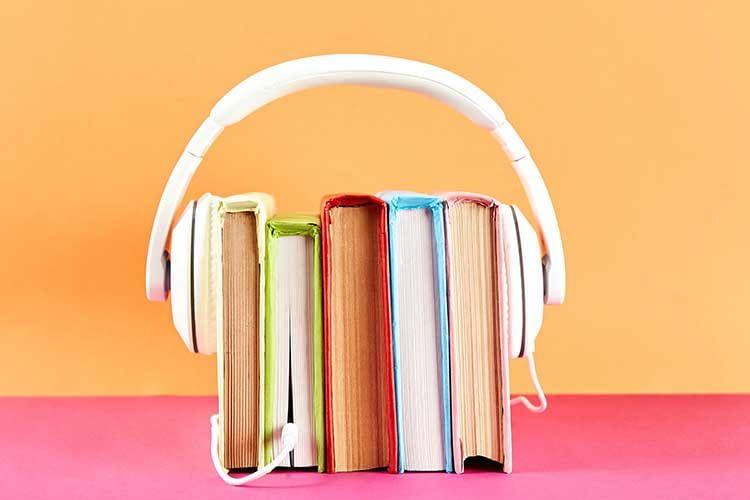 Hörbücher lassen sich auch bei geschlossenen Augen entspannt auf der Couch genießen