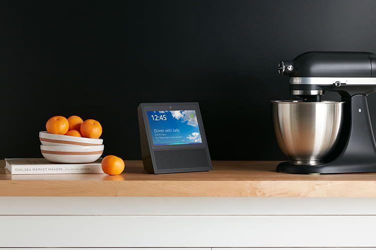 amazon echo show im test alexa kann sehen und zeigen. Black Bedroom Furniture Sets. Home Design Ideas