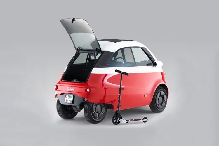 Der Vergleich mit einem Cityroller macht deutlich, wie extrem klein dieses E-Auto ist