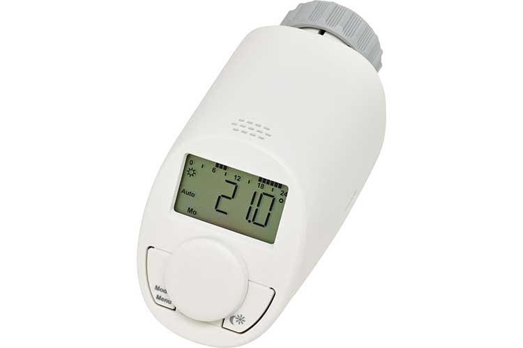 Das Eqiva Heizkörperthermostat Modell N hat ein kompaktes Design und kann durch die schräge Anzeige einfach bedient werden