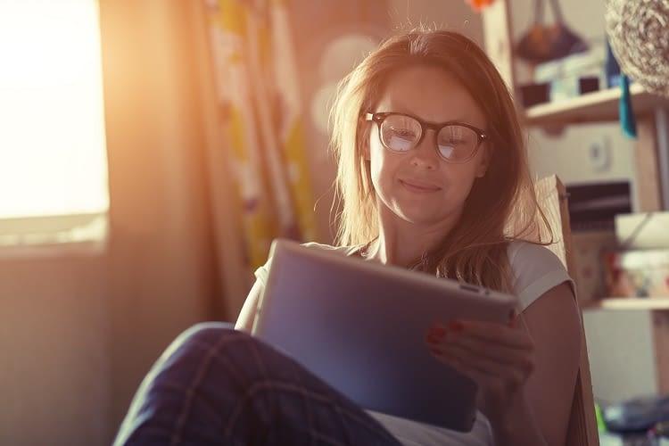 Zurücklehnen und durch Smart Home Angebote scrollen