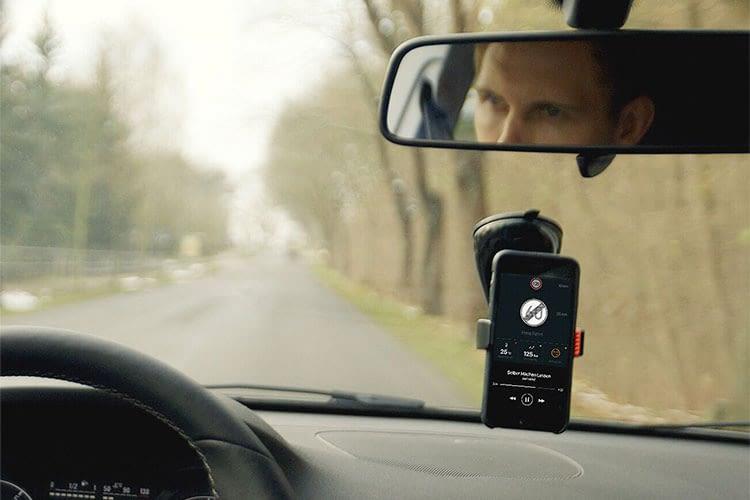 Mit PACE Mount an der Scheibe fixiert lassen sich alle Funktionen der PACE App mit dem Smartphone nutzen