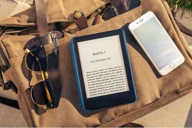 Ein Amazon Kindle eBook-Reader ist die Bibliothek für die Handtasche