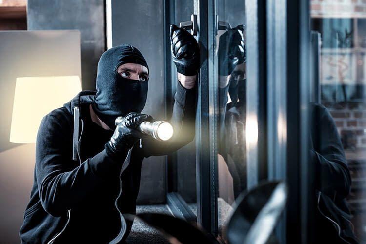 Um Einbrecher abzuwehren, sollte man ihnen so viel Widerstand wie möglich entgegensetzen