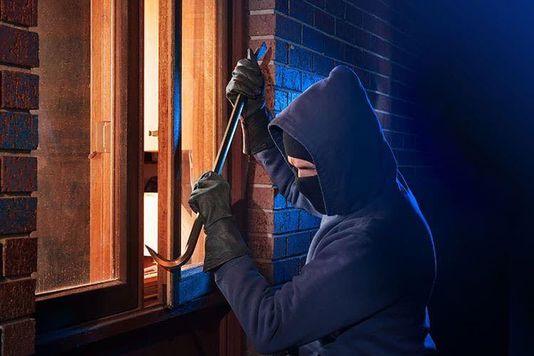 Viele Einbrecher verschaffen sich über das Fenster Zutritt in Wohnungen und Häuser