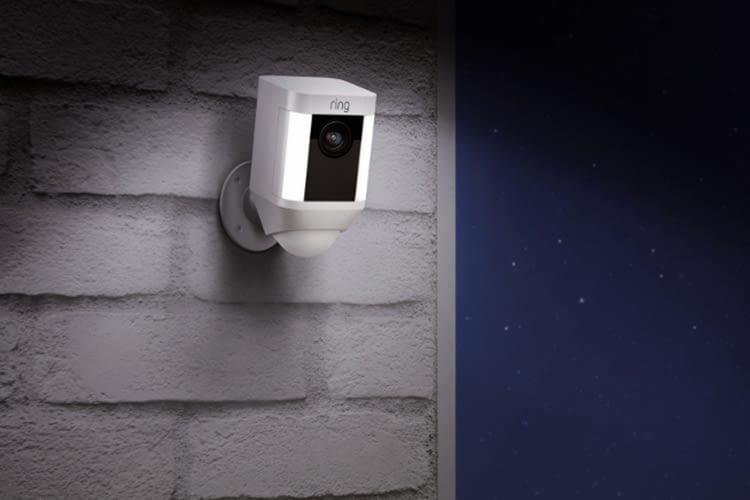 Die Spotlight Cams reagieren auf nächtliche Bewegung mit Scheinwerferlicht