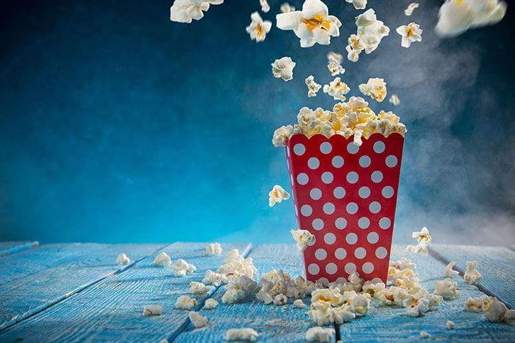 Mit einem Beamer wird das Wohnzimmer zum privaten Kinosaal