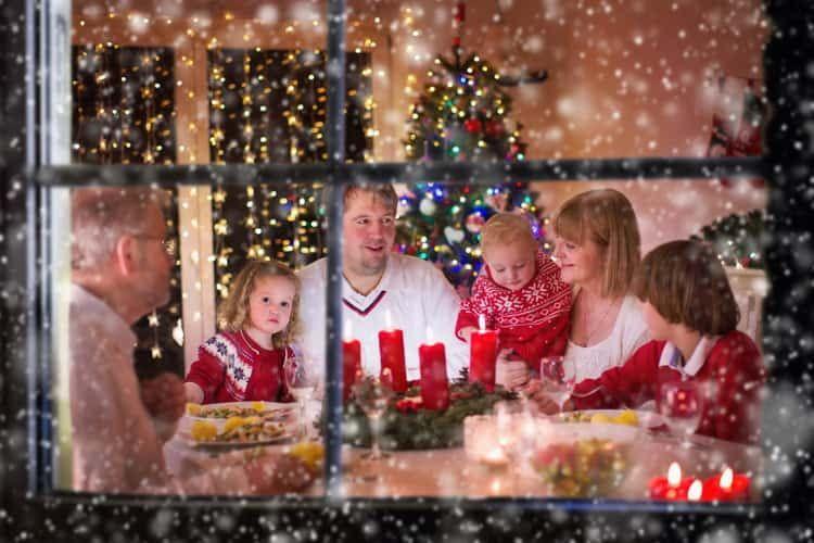 Die ganze Familie lauscht den Weihnachtsgeschichten der Alexa Skills