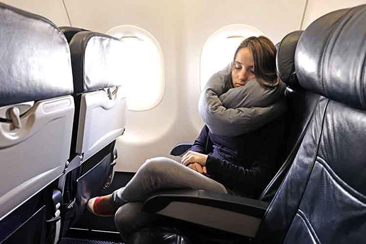 Das Huzi Infinity Pillow macht auch enge Sitze zu komfortablen Schlafoasen