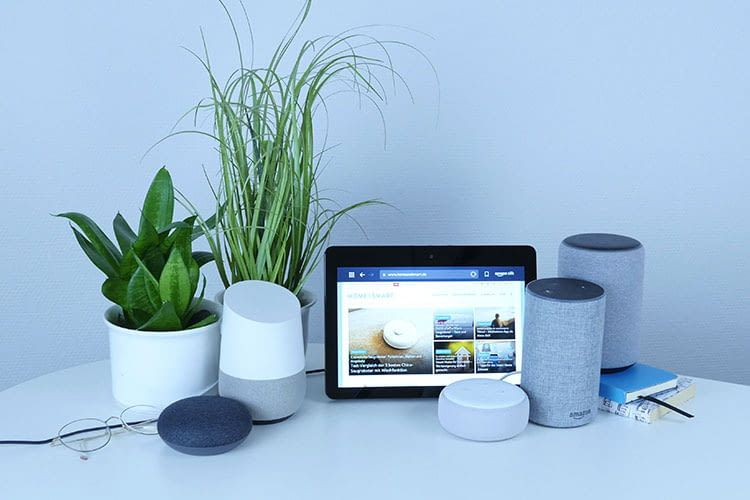 Mit intelligenten Lautsprechern ziehen auch Sprachassistenten wie Alexa oder Google Assistant in die heimischen Wohnungen ein