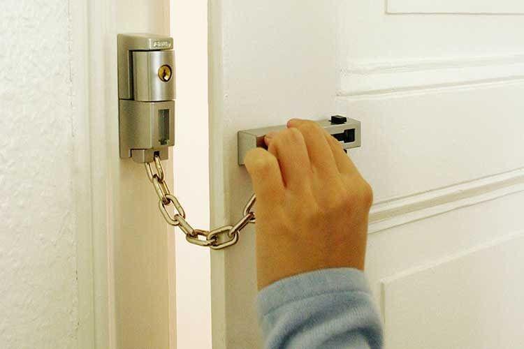 Die ABUS Türkette SK78 ist abschließbar, so dass z. B. Kinder von innen Trickbetrügern nicht die Haustür öffnen können