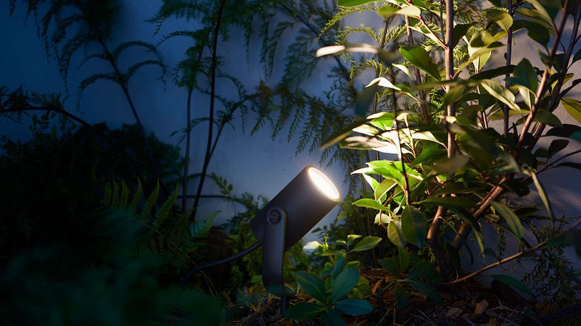 Philips Hue Outdoor-Lampe Lily setzt besondere Lichtaktzente im Garten