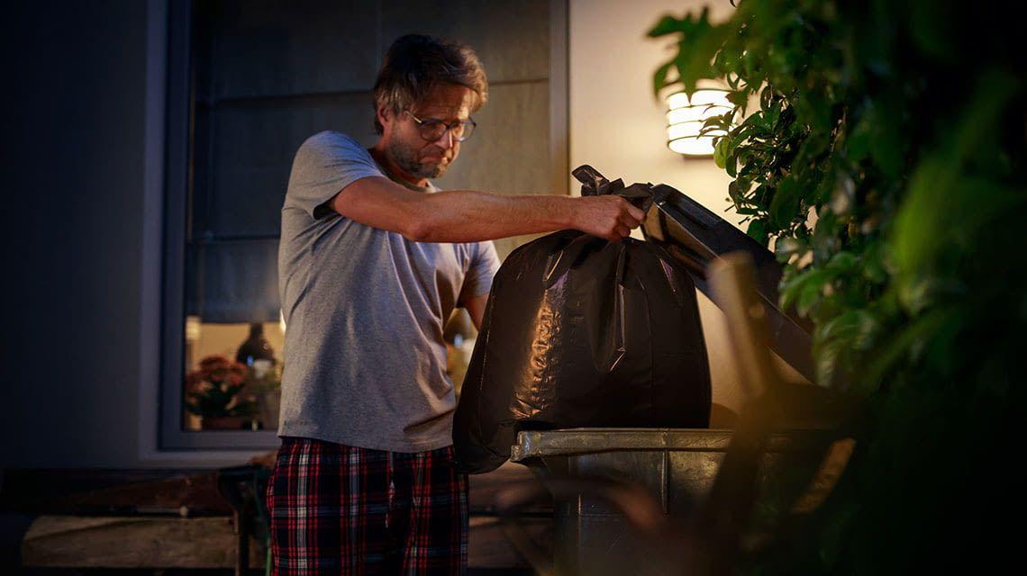 Gefahrlos den Müll rausbringen: Die Philips Hue White Lampe Lucca erhellt dunkle Ecken