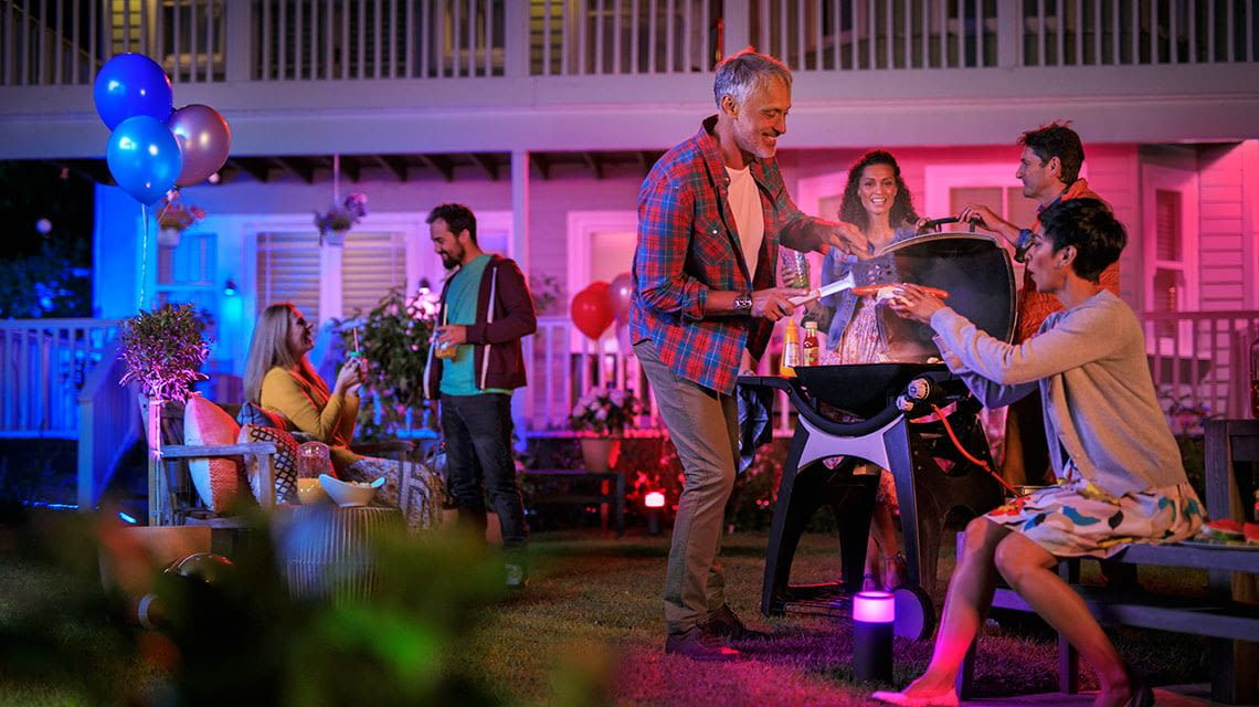 Die Philips Hue Outdoor-Lampen sorgen für das richtige Party-Licht beim Grillen im Sommer