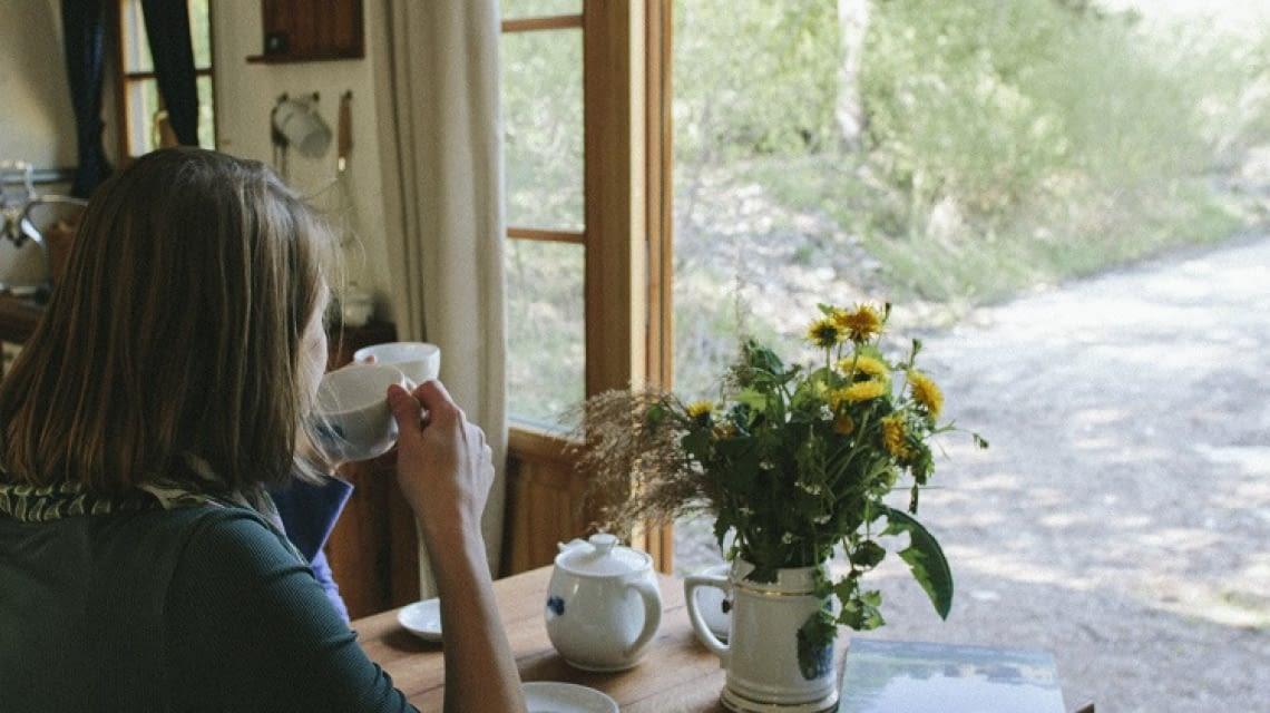 Kaffeepause mit Blick aufs Grüne im Almwagen Fanni