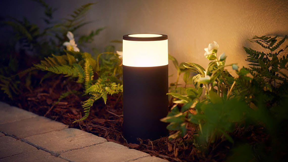 Das Standlicht Philips Hue Ambiance Calla beleuchtet Wege im Garten und rund ums Haus