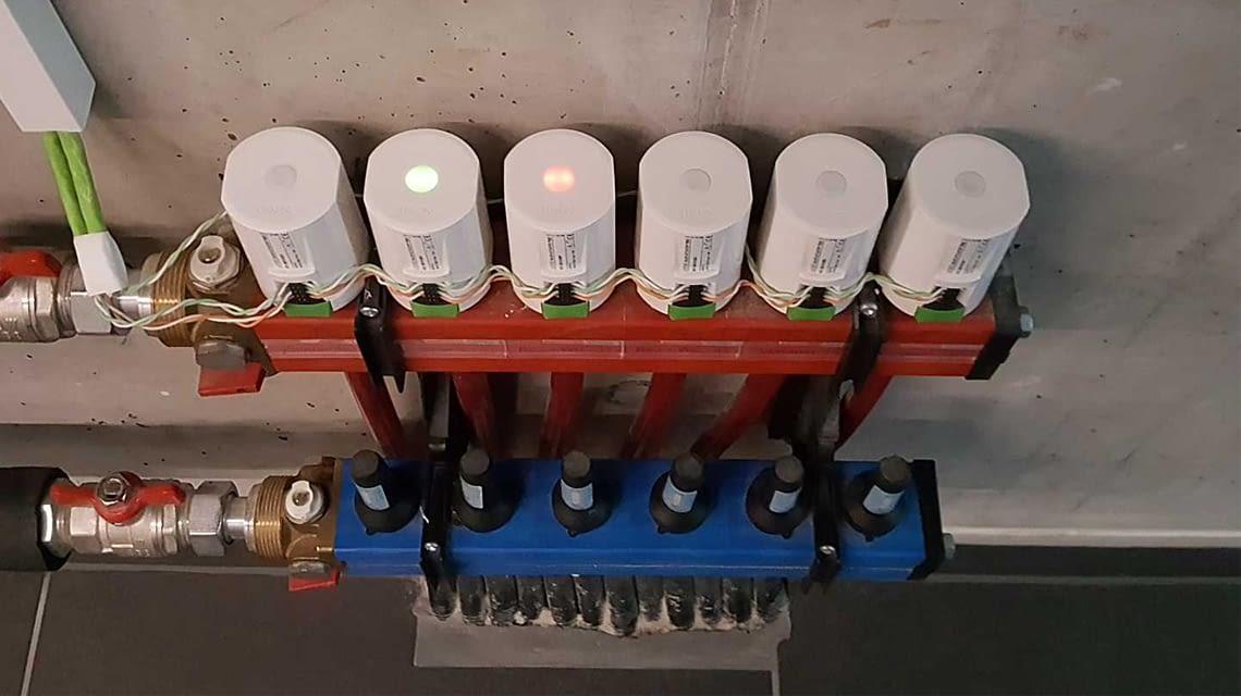 Loxone Serverraum: Die Stellantriebe der vernetzten Fußbodenheizung
