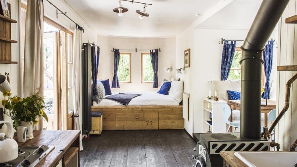 Geheizt wird der Raum mit Solarwärme oder dem Holzofen