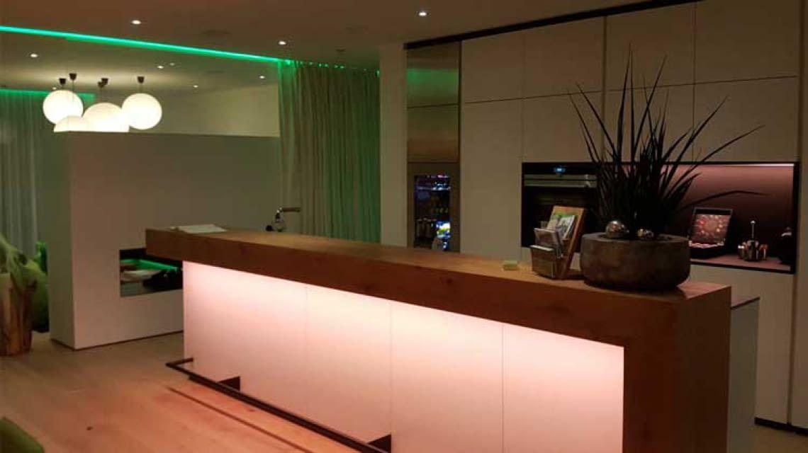 Lichtsteuerung mit Loxone: Die Kücheninsel im charakteristischen Loxone-Grün