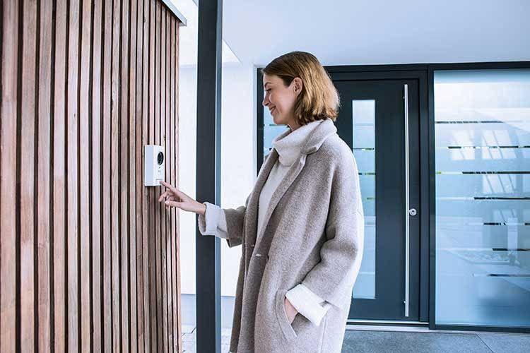 Mit der ABUS Video Türsprechanlage PPPIC35520 muss die Haustür nicht mehr erst geöffnet werden, um Besucher zu identifizieren