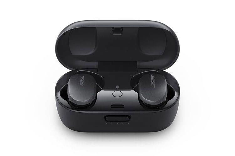 Das Ladecase der Bose QuietComfort Earbuds hält die In Ear Kopfhörer magnetisch sicher fest