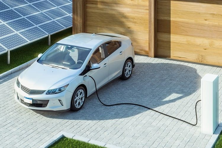 Wer Solaranlage & E-Auto verknüpft ist unabhängig von steigenden Stromkosten