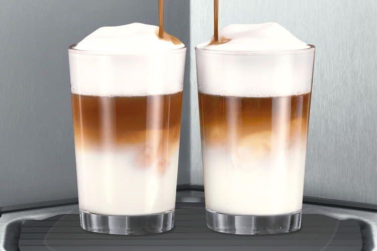 Auch große Milchkaffeegläser passen problemlos unter den Auslauf