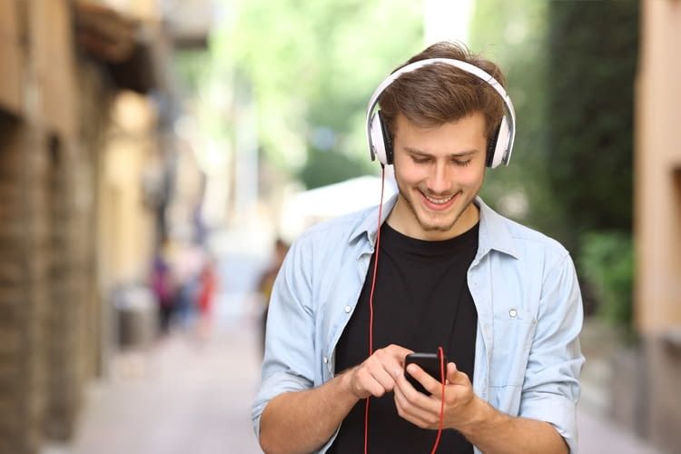 Auch unterwegs oder bei Wartezeiten sorgen Hörspiele und Podcasts für Abwechslung