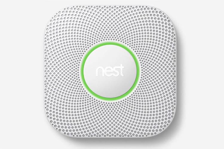 Das Licht des Google Nest Protect Rauchmelders signalisiert, ob eine Gefahr besteht