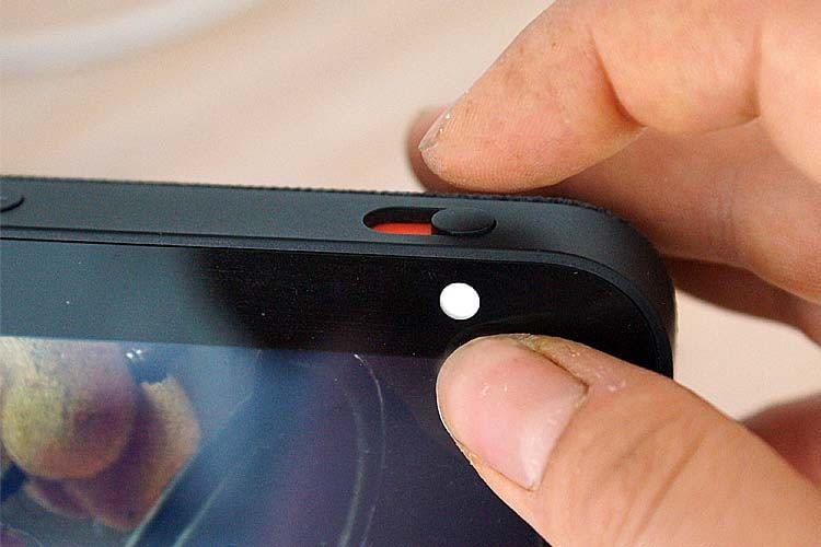 Die Kamera kann jederzeit über einen Schieberegler am Gehäuse abgedeckt werden