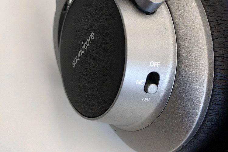 Die Bedienung am Anker Soundcore Space NC Bluetooth-Kopfhörer erfolgt über Tasten und Touchfeld an der Ohrmuschel