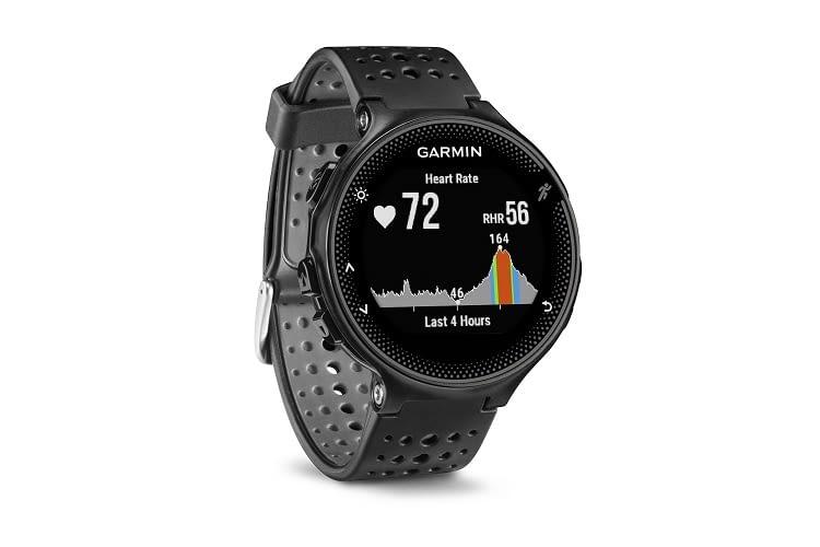 Die Garmin Forerunner 235 WHR Laufuhr zeigt die Herzfrequenz grafisch an.