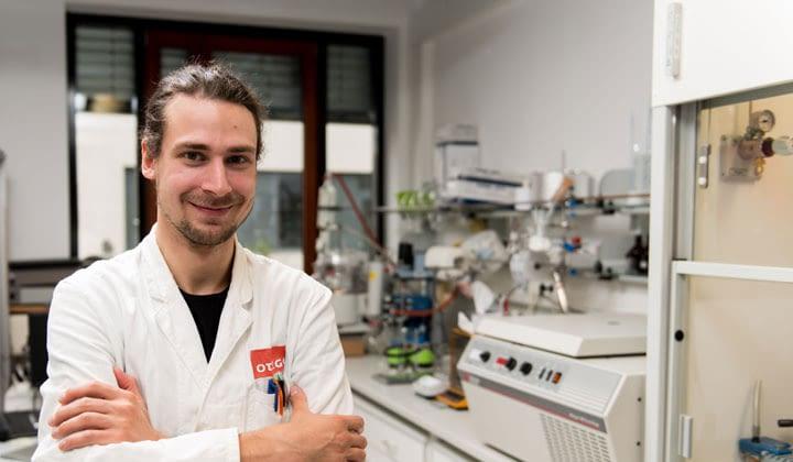 Silas Aslan, Materialentwickler bei otego, im neuen Syntheselabor