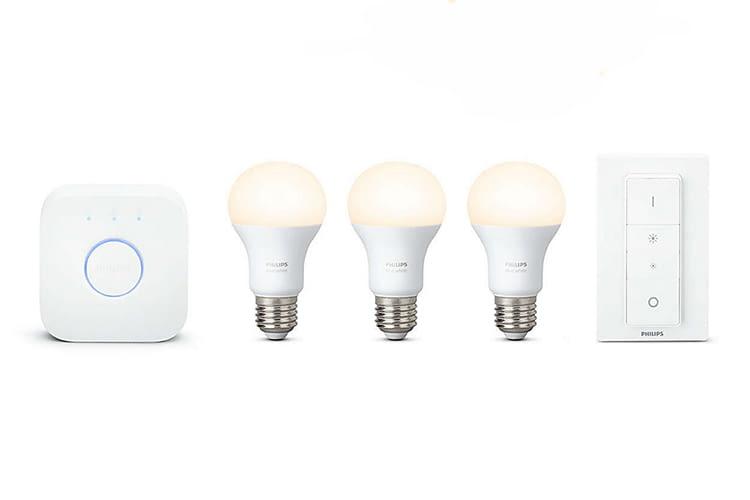 Das Philips Hue White Starter-Kit behinhaltet drei Weißlicht-Lampen, die Philips Hue Bridge und einen Dimmschalter