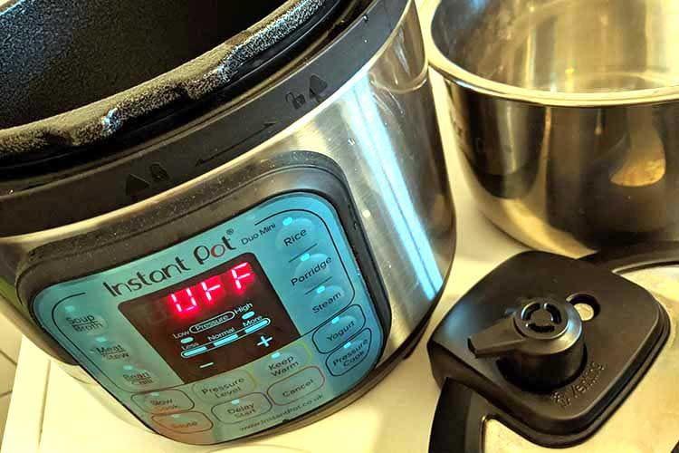 Der Edelstahltopf wird in den Instant Pot eingesetzt. Rechts am Deckel sieht man den Dampfablasser sowie den Stift zur Druckanzeige
