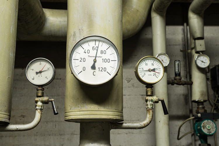 Eine uralte Heizungsanlage wie diese sollte schnellstmöglich durch ein energieeffizientes Modell getauscht werden