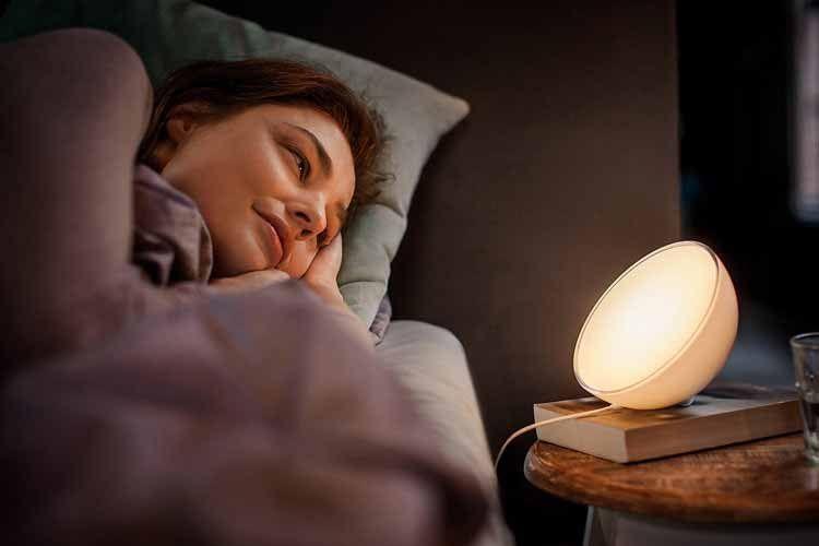 Die Philips Hue Go Stimmungsleuchte erleichtert mit sanftem Licht den Start in den Tag