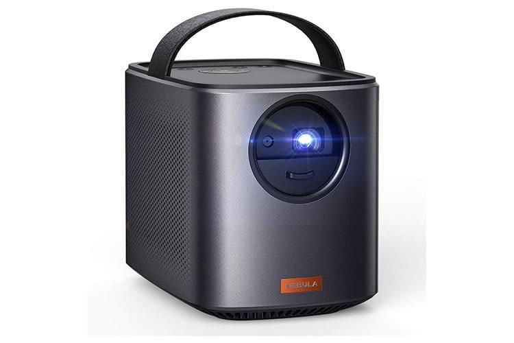 Der tragbare Mini Beamer Anker NEBULA Mars II bietet Autofokus, Auto-Trapezkorrektur und ist zugleich eine Bluetooth-Box