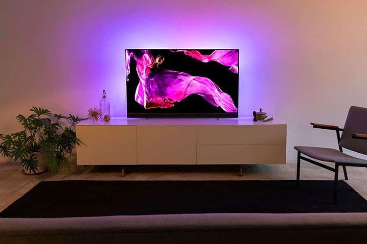 Der 65 Zoll OLED TV Philips 65OLED903/12 bietet dank Ambilight ein immersives Fernseh-Erlebnis