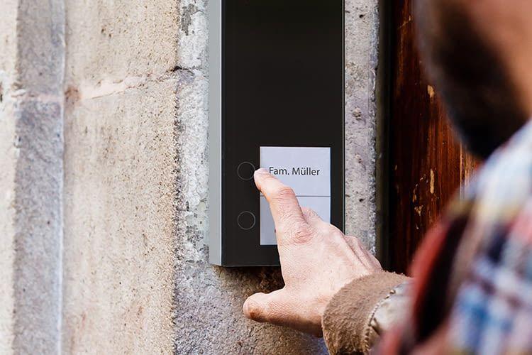 Besitzer einer DoorLine Slim DECT Türsprechanlage können per Smartphone von überall aus Klinglern antworten