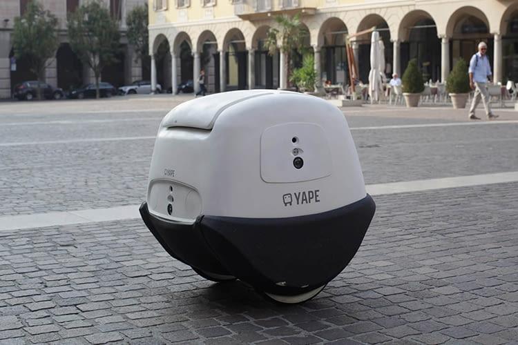 Auch in Fußgängerzonen findet sich der autonome Roboterkurier Yape sicher zurecht