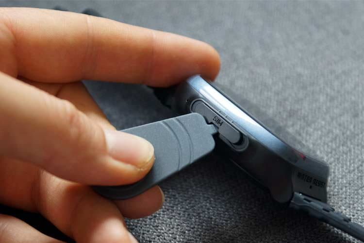 There is a mini-tool for inserting the nano-SIM with which the corresponding side compartment can be opened