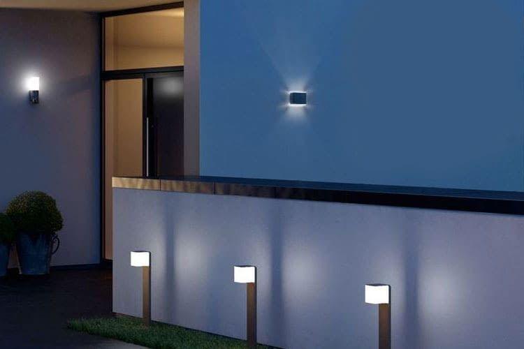 Lampen im Außenbereich, die ggf. mit Bewegungssensoren ausgestattet sind, bieten bei Nacht Stolperschutz